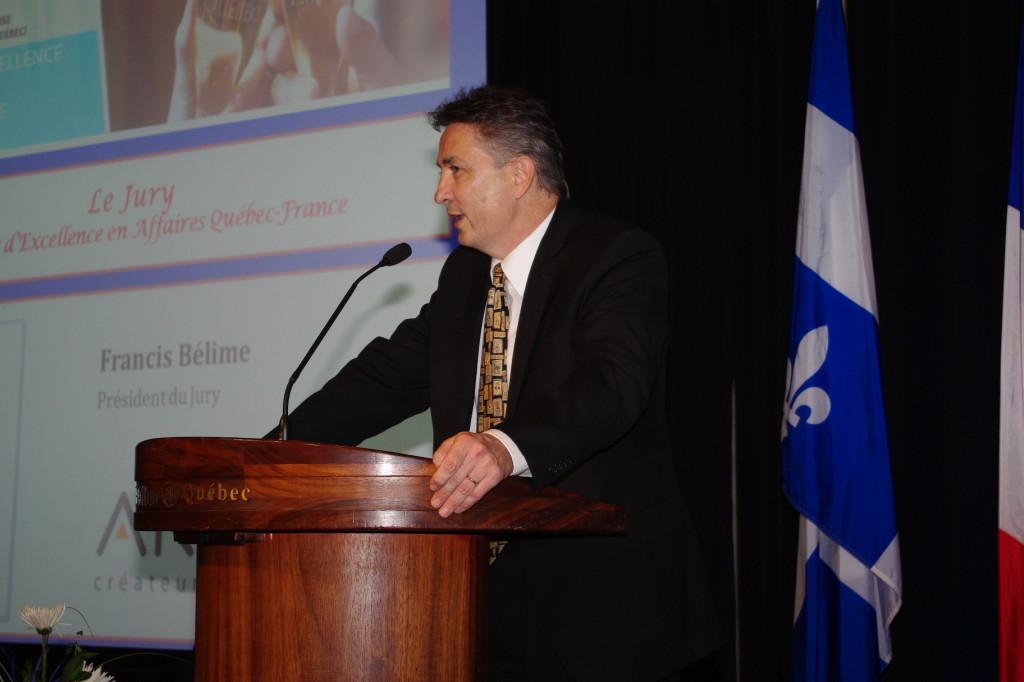 Le conférencier Francis Bélime livre une conférence sur le commerce international et les relations France Quebec